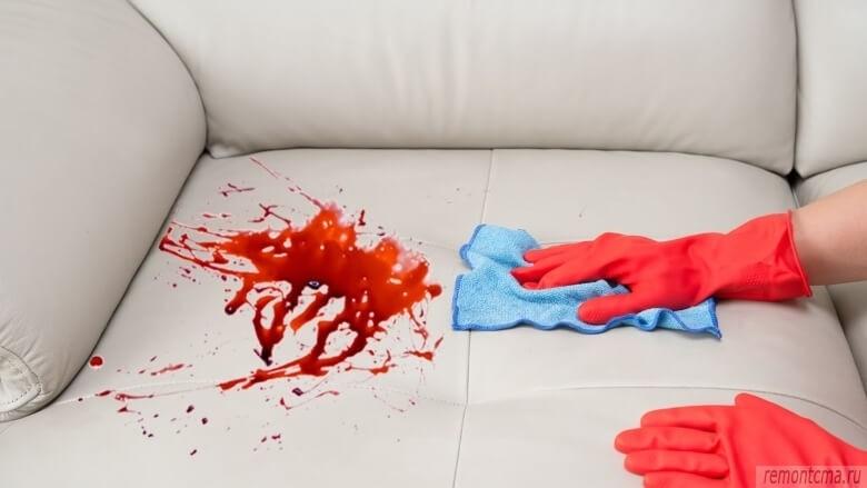 Пятна крови на белой коже