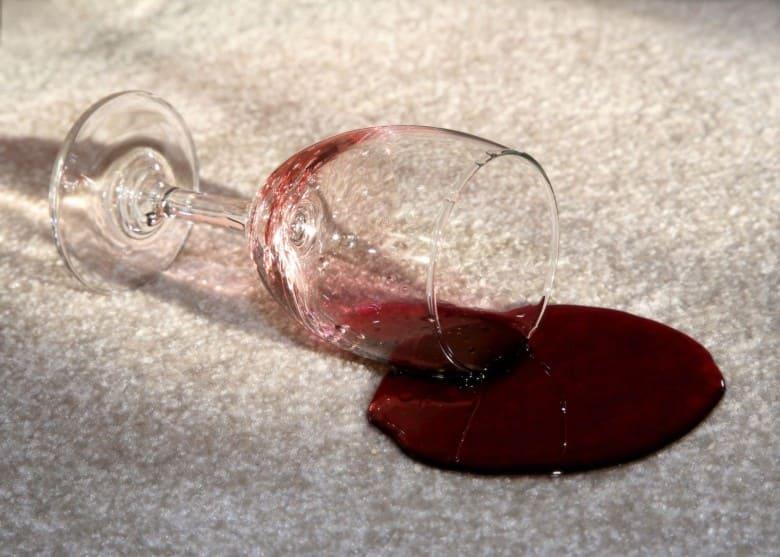 вино на ковре